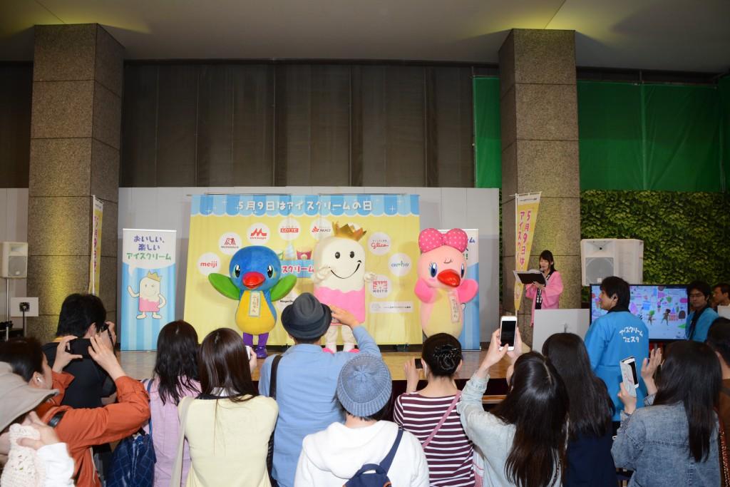 ①新宿タカシマヤで開かれた「アイスフェスタ2015」に出演したムー!DSC_0080