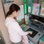 ATMの手荷物台をご利用ください