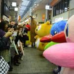 ムーちゃんとサッちゃんが商店街を練り歩き!