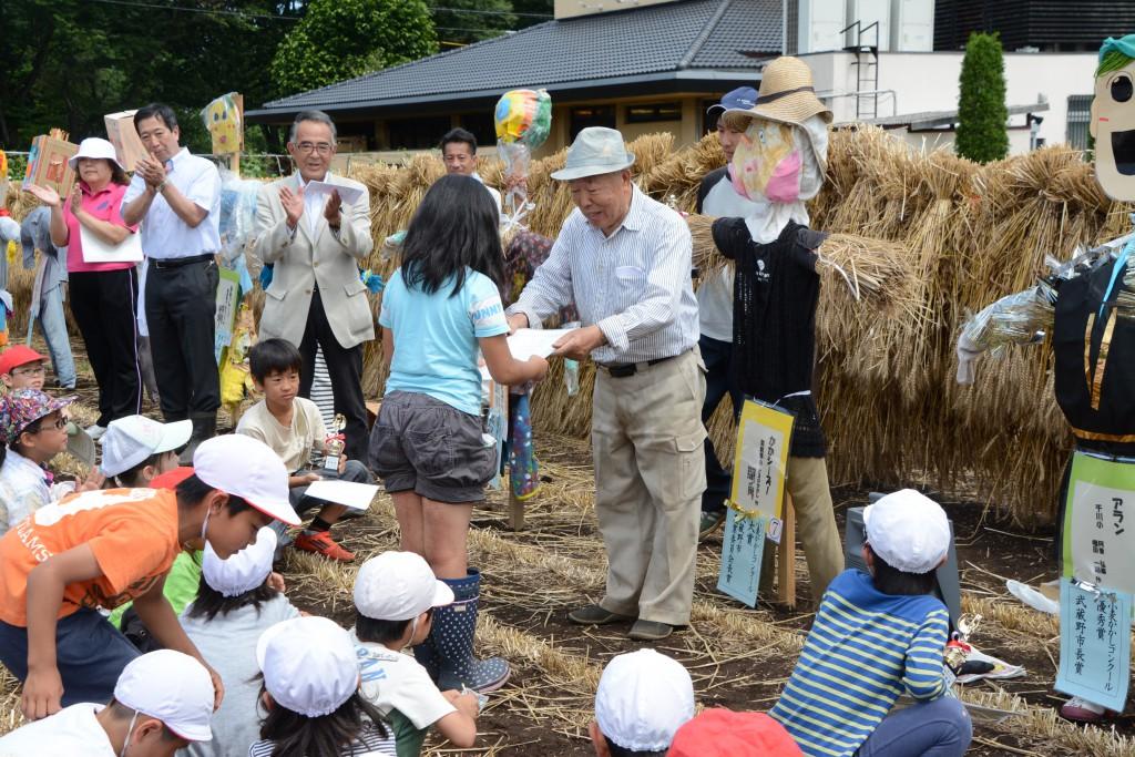 東京むさし・0610・A個性的なかかしがいっぱい!小麦かかしコンクールを開催DSC_3218
