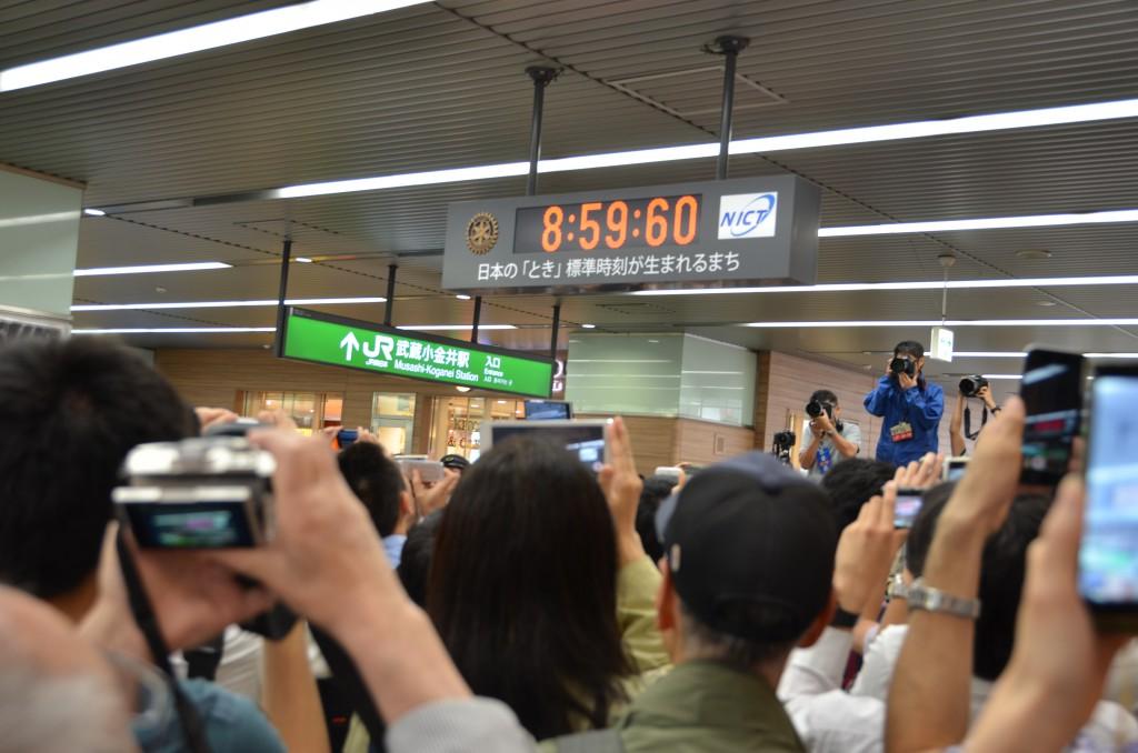 東京むさし・0701・うるう秒の「60」を見ようと多くの人があつまるDSC_1348