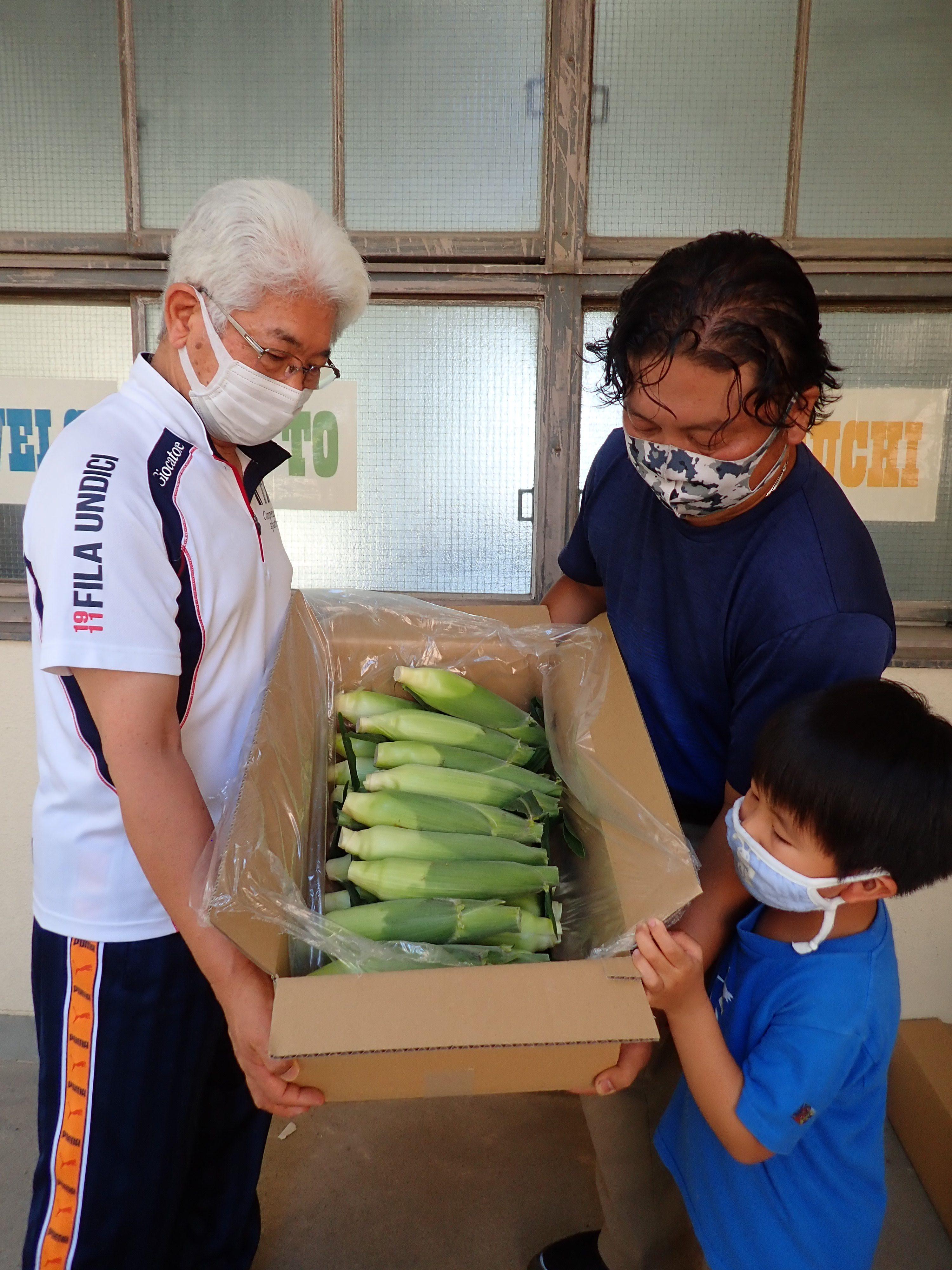 エコ農産物を子どもたちに贈呈