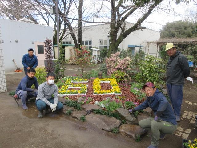 東京むさし・日付なし・小平市園組合青年部と小平地区青壮年ぶ園芸部会が花壇整備 2